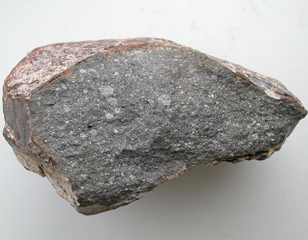 """Ein rund 10 cm großes Stück des Meteoriten """"Sahara-97096"""". Ein Enstatit-Chondrit, der rund 0,5 Prozent Wasser beinhaltet. Copyright/Quelle: L. Piani, Museum of Natural History in Paris"""