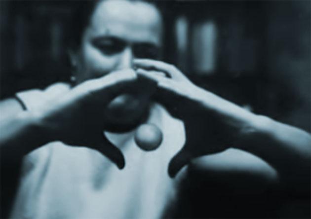 Nina Kulagina läßt eine Kugel offenbar schweben. Quelle: unbek.