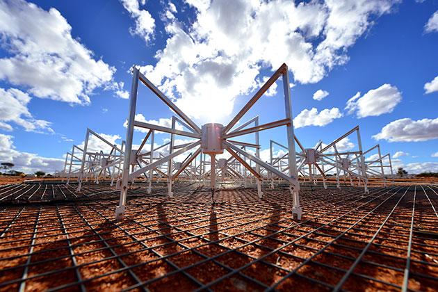 Blick auf einige der spinnenförmigen Antennen der Murchison Widefield Array (MWA) in Western Australia. Copyright: CSIRO