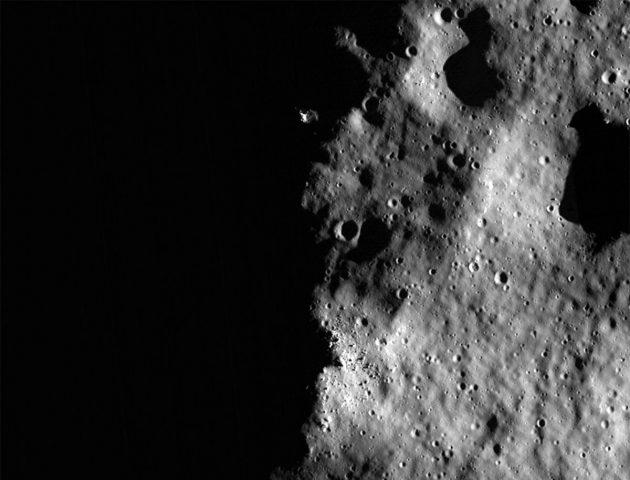 Symbolbild: Blick auf die stark beschattete Mondoberfläche und zahlreiche Krater. Copyright: NASA