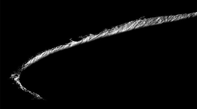 Lediglich der Rand des Mondkraters Shakleton am Südpol des Mondes wird vom Sonnenlicht erhellt. Sein Inneres dürfte seit Jahrmillionen als Kältefalle für Wassereis dienen, das hier sogar vergleichsweise einfach abgebaut werden könnte. Quelle: NASA/GSFC/Arizona State University