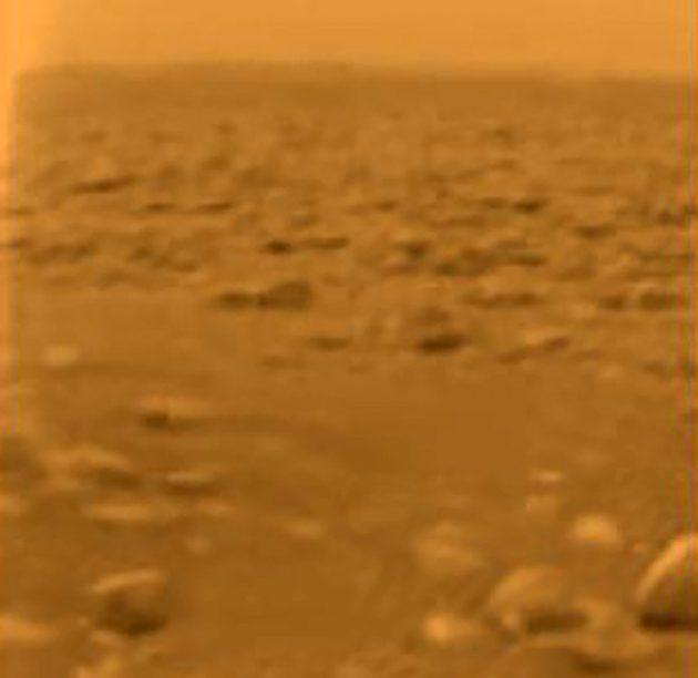"""Blick der europäischen Sonde """"Huygens"""" auf die Titan-Oberfläche. Copyright: NASA/JPL/ESA/University of Arizona"""
