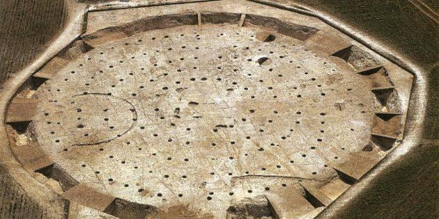 Luftbild der archäologisch freigelegten Reste der Mega-Henge-Anlage von Mount Pleasant im südenglischen Dorset. Copyright/Quelle: Cardiff University