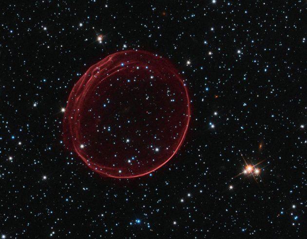 Angetrieben von der Schockwelle der Sternenexplosion, reist der Rest einer Supernova mit rund 11 Millionen Meilen pro Stunde durchs All. Copyright: NASA