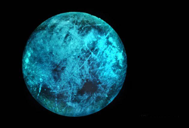 Künstlerische Darstellung des vermuteten, simulierten Leuchtens der Nachtseite des Jupitermondes Europa (Illu.). Copyright: NASA / JPL-Caltech