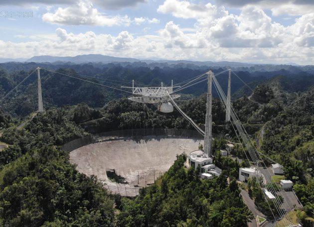 Die Panoramaaufnahme vom 7. November 2020 zeigt einige der Schäden an der 305 Meter durchmessenden Schüssel des Radioteleskops von Arecibo. Copyright: University of Central Florida