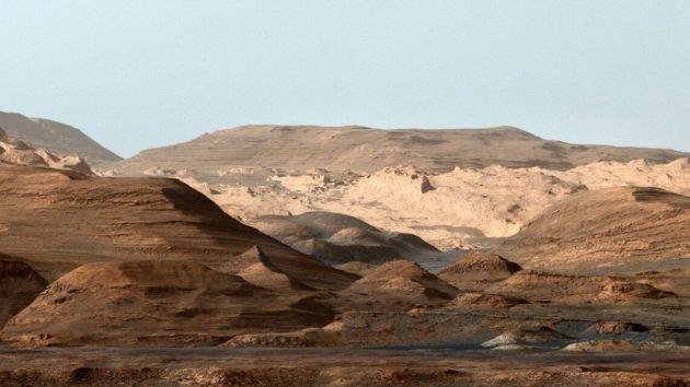 Falschfarben-Kompositaufnahme des Mount Sharp, dem Zentralberg im Innern des Mars-Kraters Gale. Die Originalfarben des Mars wurden an das irdische Himmelsblau angepasst, um die Sedimentschichtung im Vergleich zur Erde zu verdeutlichen. Copyright: NASA/JPL