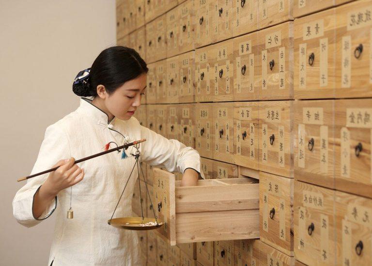 Eine Apothekerin bei der Nutzung und Anwendung von Zutaten nach der traditionellen chinesischen Medizin (TCM). Copyright: University of Queensland