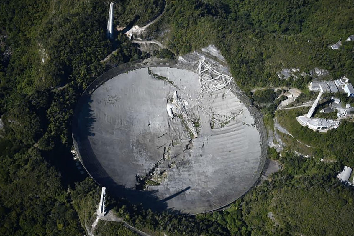 Blick auf das zerstörte Radioteleskop von Arecibo Copyright/Quelle: unbek. Via Twitter