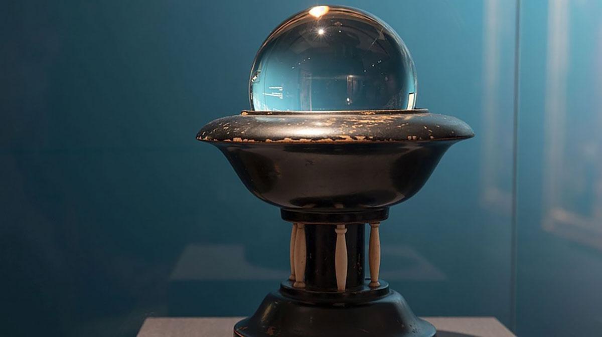 """Symbolbild: Wahrsagerei (Exponat der Ausstellung """"Zeichen der Zukunft. Wahrsagen in Ostasien und Europa"""" im Germanischen Nationalmuseum in Nürnberg. Copyright: gnm.de"""