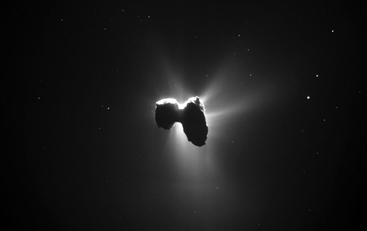 """Im Gegensonnenlicht treten die starken Ausgasungen des Kometen 67P/Churyumov-Gerasimenko deutlich zum Vorschein, aufgenommen von der europäischen Sonde """"ROSETTA"""". Copyright: ESA"""