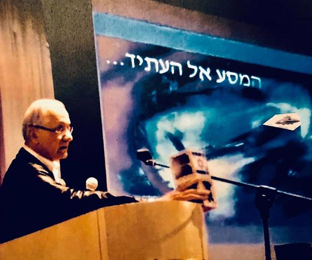 Dr. Eshed auf einem seiner Vorträge 2019 Quelle: Chaim Eshed (via Facebook)