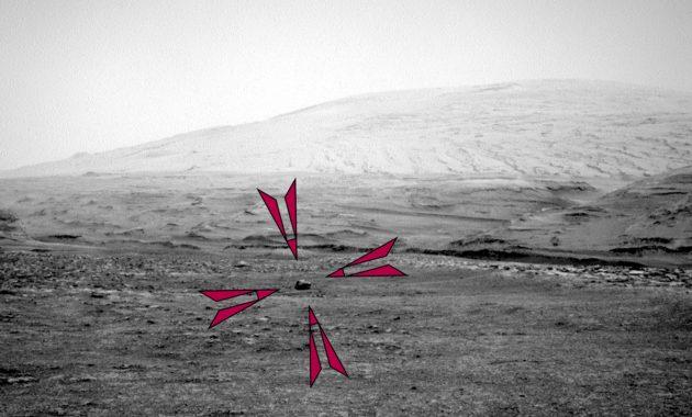"""Die Aufnahme der Right Navigation Camera an Bord des Mars-Rovers """"Curiosity"""" vom 2963 Missionstag zeigt einen dunkelglänzenden Brocken vor dem Hintergrund des Mount Sharp. Copyright: NASA/JPL-Caltech"""