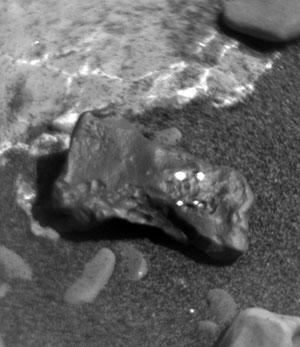 Nahaufnahme des am Missionstag 1985 auf dem Mars entdeckten Eisenmeteoriten. Copyright: NASA/JPL-Caltech