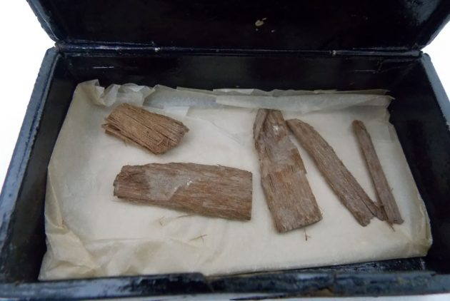 Blick auf die in einer ägyptischen Zigarrenkiste aufbewahrten Holzfragmente. Copyright/Quelle: University of Aberdeen