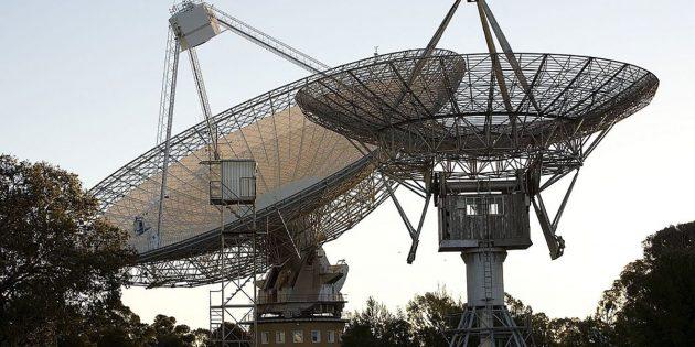 Blick auf die Antennen des australischen Parkes Radioteleskops. Copyright: CSIRO