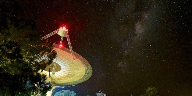 Symbolbild: Das Parkes-Radioteleskop. Copyright: Daniel John Reardon (via WikimediaCommon) CC BY-SA 4.0