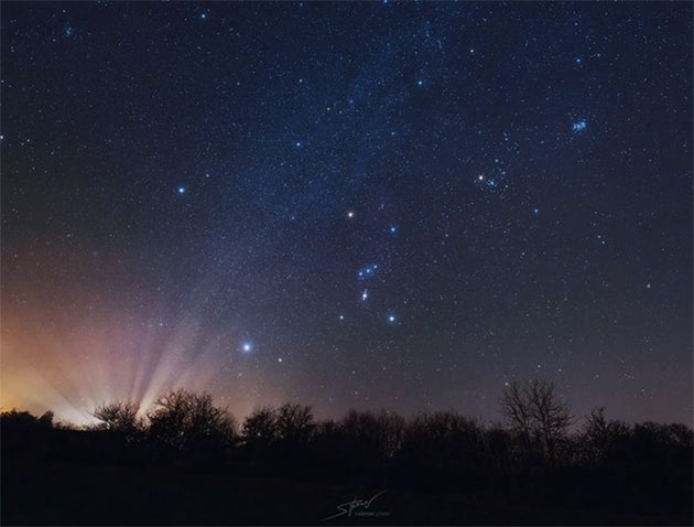 Orion (Bildmitte) jagt die Plejaden (o.r.) über den Nachthimmel. Copyright: Dr. Sebastian Voltmer, www.weltraum.com