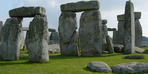 Eingerahmt von den mächtigen Steintoren bilden sogenannte Blausteine das Innere des Steinkreises von Stonehenge. Copyright: Gemeinfrei