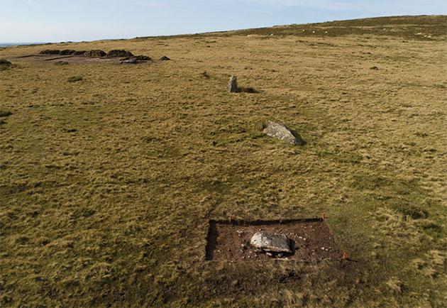 Nur noch ein angedeuteter Bogen aus wenigen, zudem mit einer Ausnahme umgestürtzten Blausteinen, bildet die spärlichen Überreste des einst großen Steinkreises von Waun Mawn in Wales. Copyright/Quelle: A. Stanford / Parker Pearson et al., Antuqitiy (2021)