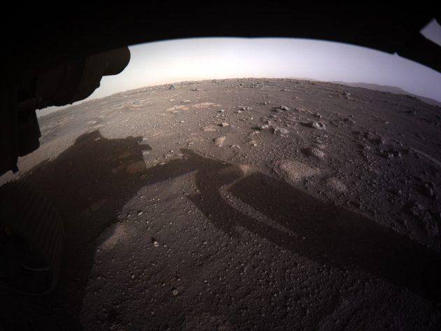 Erstes Mars-Panorama in Farbe und HD. (Klicken Sie auf die Bildmitten, um zu einer vergrößerten Darstellung zu gelangen.) Copyright: NASA/JPL-Caltech