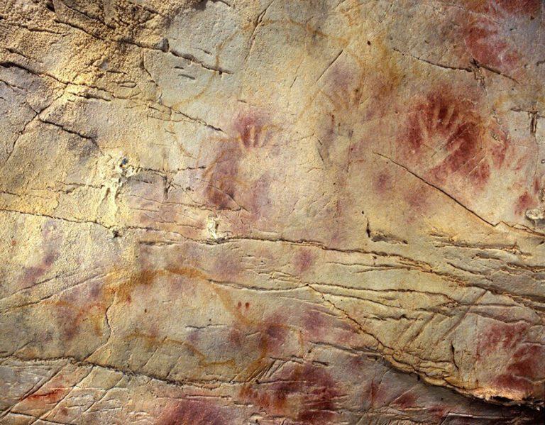 Handabdrücke in der Höhle El Castillo in Spanien gehören zu den ältesten Beispielen europäischer Höhlenkunst. Die rot-ockerfarbenen Handabdrücke sind ein weltweit verbreitetes Motiv - und könnten als Reaktion auf globale Klimaveränderungen in Folge eines stillgelegten Magnetfeldes hindeuten. Copyright: Paul Pettitt, Gobierno de Cantabria
