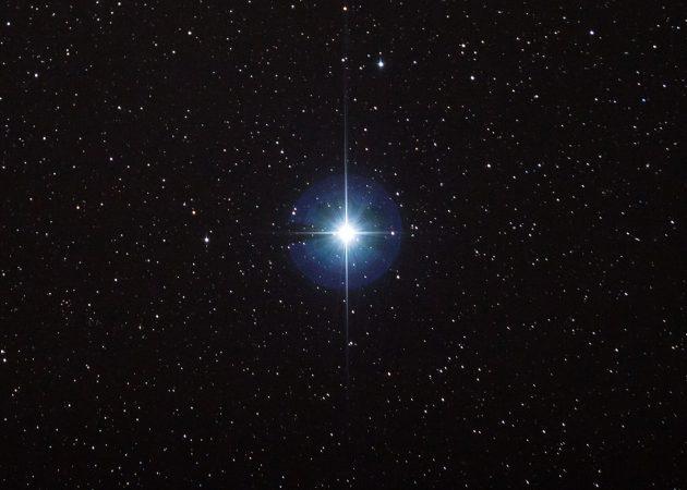 Der Stern Vega am Nachthimmel. Copyright: Stephen Rahn (via WikimediaCommons)
