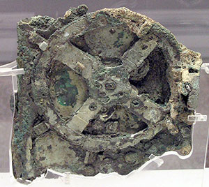 "Die Vorderseite des sog. ""Fragments A"" des Antikythera-Mechanismus. Copyright: Wikimedia User: Marsyas, CC BY-SA 2.5"