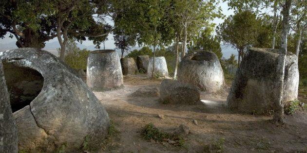 Einige Beispiele der Steinkrüge von Laos. Copyright: Plain of Jars Archaeological Research Project