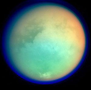 Blick auf den von einer dichten Atmosphäre umgebene größte Saturnmond, Titan. Copyright: NASA/ESA