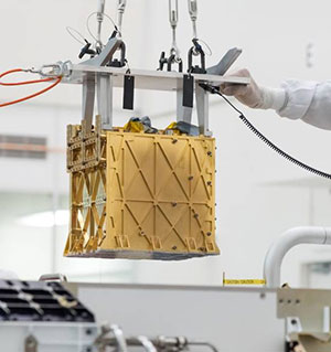 Die mit einer Goldschicht isolierte MOXI-Einheit beim Einbau. Copyright: NASA/JPL-Caltech