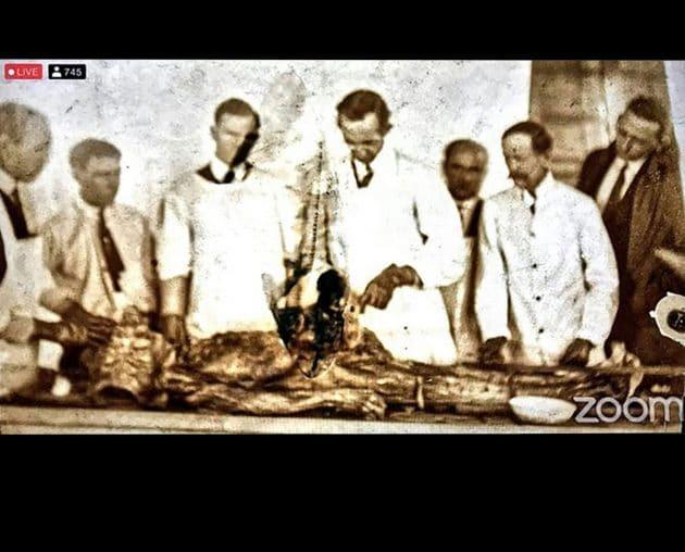 """Zeigt dieses Bild die medizinische Untersuchung eines """"unbekannten Humanoiden"""" in den 1920er Jahren? Einer kritischen Betrachtung hält diese Behauptung nicht stand. Copyright: S. Greer/ ce5film.com"""