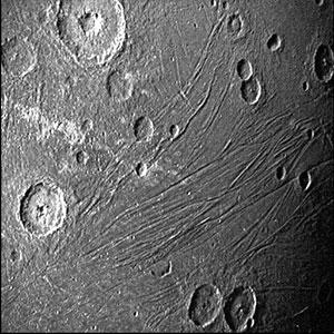 """Juno Aufnahme von der """"dunklen Seite"""" Ganymeds. Copyright: NASA/JPL-Caltech/SwRI/MSSS"""
