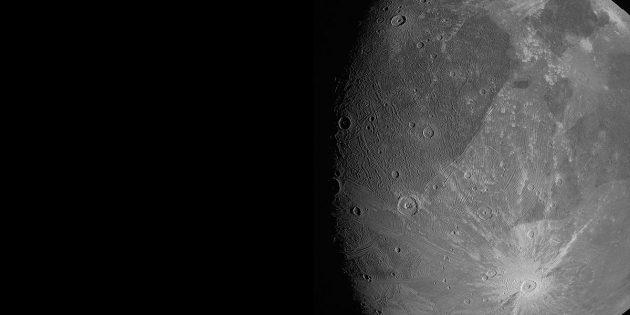Die erste Juno-Aufnahme des Jupitermondes Ganymed. (Klicken Sie auf die Bildmitte, um zu einer vergrößerten Darstellung zu gelangen. Copyright: NASA/JPL-Caltech/SwRI/MSSS