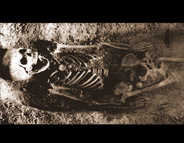 Das Skelett des Mädchens mit dem Finkenkopf im Mund aus der Tunel-Wielki-Höhle in Südpolen. Copyright/Quelle: Wojenka et al., 2021 / Prähistorische Zeitschrift / Archive der Fakultät Archäologie, Universität Warschau