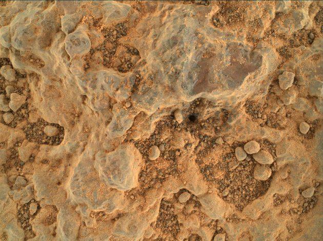 "Ultra-Nahaufnahme des Marsbodens mit der Kamera WATSON am Ende des Roboterarms des NASA-Rovers ""Perseverance"". Copyright: NASA/JPL-Caltech/MSSS"