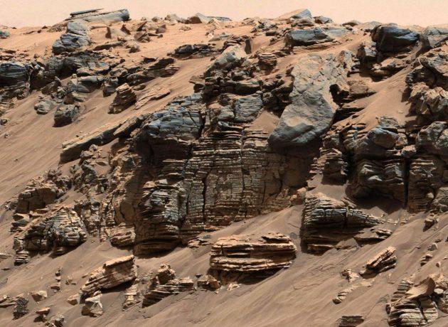 Der Blick auf einen gleichmäßig geschichteten Gesteinsaufbruch im Gale-Krater spricht für typische Sedimentablagerungen eines einstigen Seebettes an jenem Ort, an dem Wasser in den See einfloss. Copyright: NASA/JPL-Caltech/MSSS
