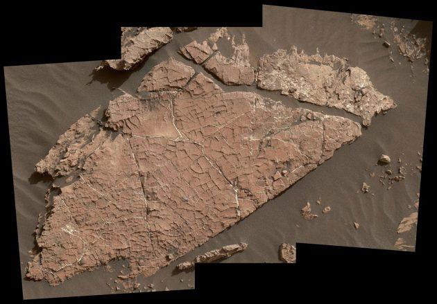 """Das charakteristische Netzwerk aus Rissen in der als """"Old Sokaer"""" bezeichneten Felsplatte in Glae-Krater spricht dafür, dass diese sich in Folge der Austrocknung einer Schlammschicht vor mehr als 3 Milliarden Jahren gebildet hatte. Copyright: NASA/JPL-Caltech/MSSS"""