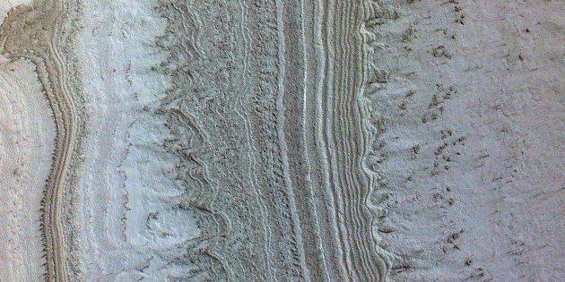 """Diese Aufnahme der NASA-Sonde """"Mars Reconnaissance Orbiter"""" (MRO) zeigt einen Blick auf Eisschichten am Südpol des Mars, in deren Nähe auch Tonerden detektiert wurden, die nun als alternative Erklärung für Radarsignale diskutiert werden, die bislang als Belege für unterirdische Tümpel und Seen flüssigen Wassers galten. Copyright: NASA/JPL-Caltech/University of Arizona/JHU"""