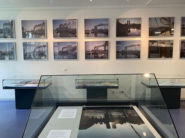 Ein Blick in die Ausstellung, die in zahlreichen Fotos und Artefakten die Ereignisse des 11. September 2001 und die Erinnerung an diesen Tag dokumentiert. Copyright: Jesse Olaf Haunns